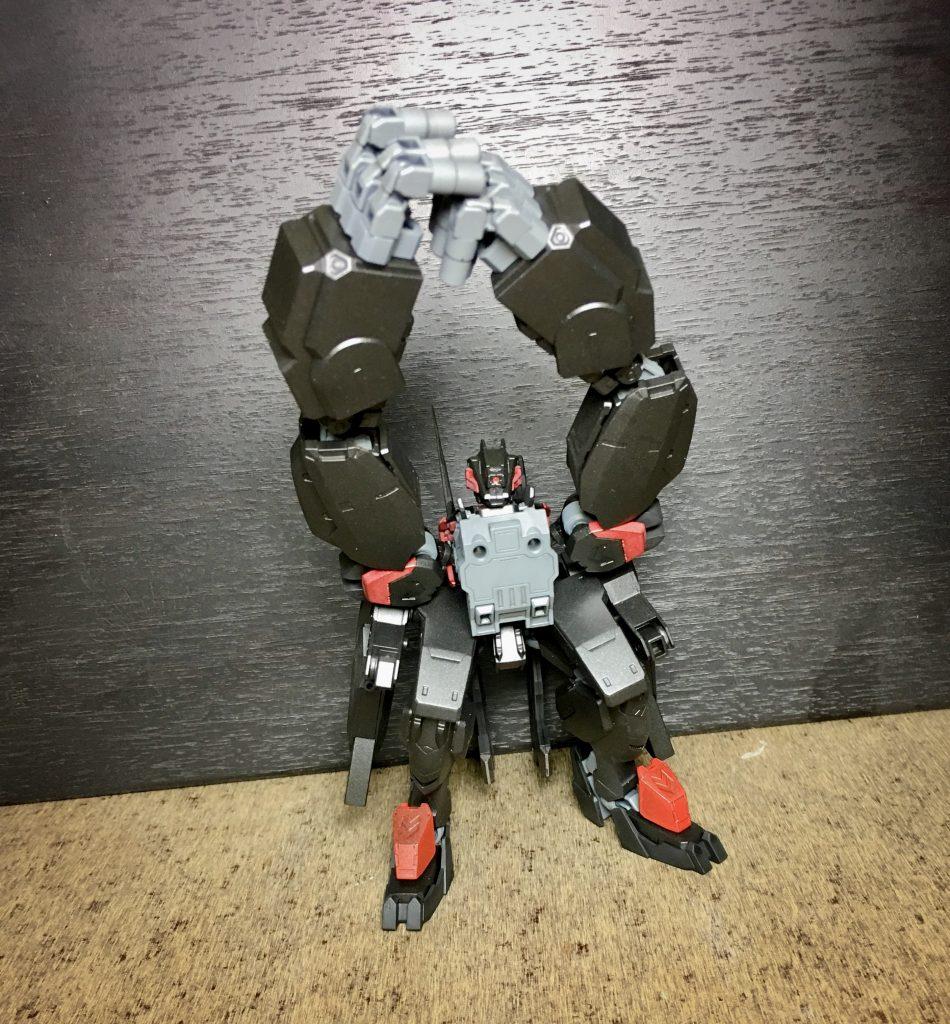 ダブルスレッジハンマー 両の手の重量を合わせた格闘技 予備モーションをとる必要性から隙は大きいが当たれば大質量からの打撃となるので威力は高い