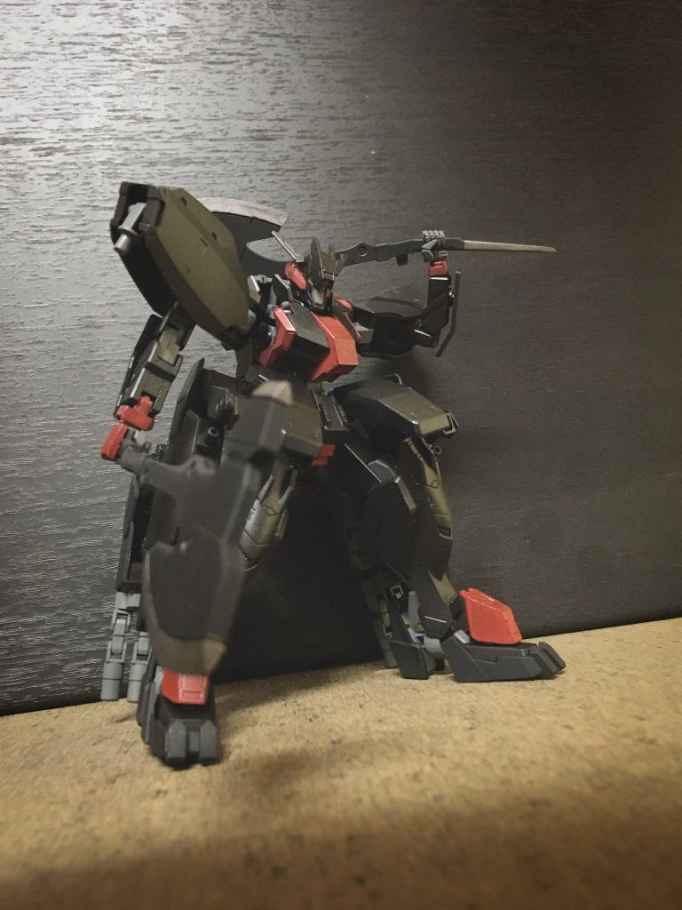 大型アックス ガンダムフレームのパワーを活かす為大型化させた近接武装、本機はこれを二振り装備 大型化した恩恵としてリーチと威力に優れる武器となった 片方のグリップ下には試験的に刺突用の細刃が付け足されている