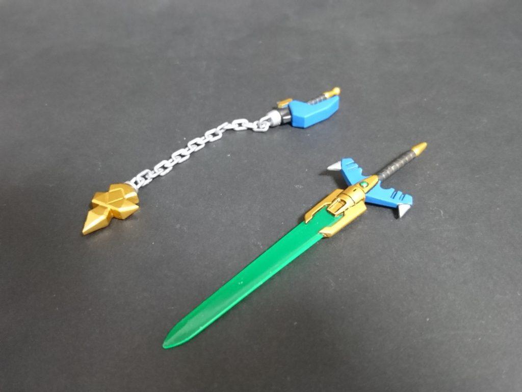 武器類。 剣はバーサル騎士の剣+GNソードⅤの刀身で製作、バスターソードへの組み換えギミックもそのまま残しています。 フレイルはGNソードⅤの鍔部と鉄血MSオプションセット3の鎖パーツを使用しました。柄部分は電磁ランスのものを使用、先端はプラ板で自作しました。