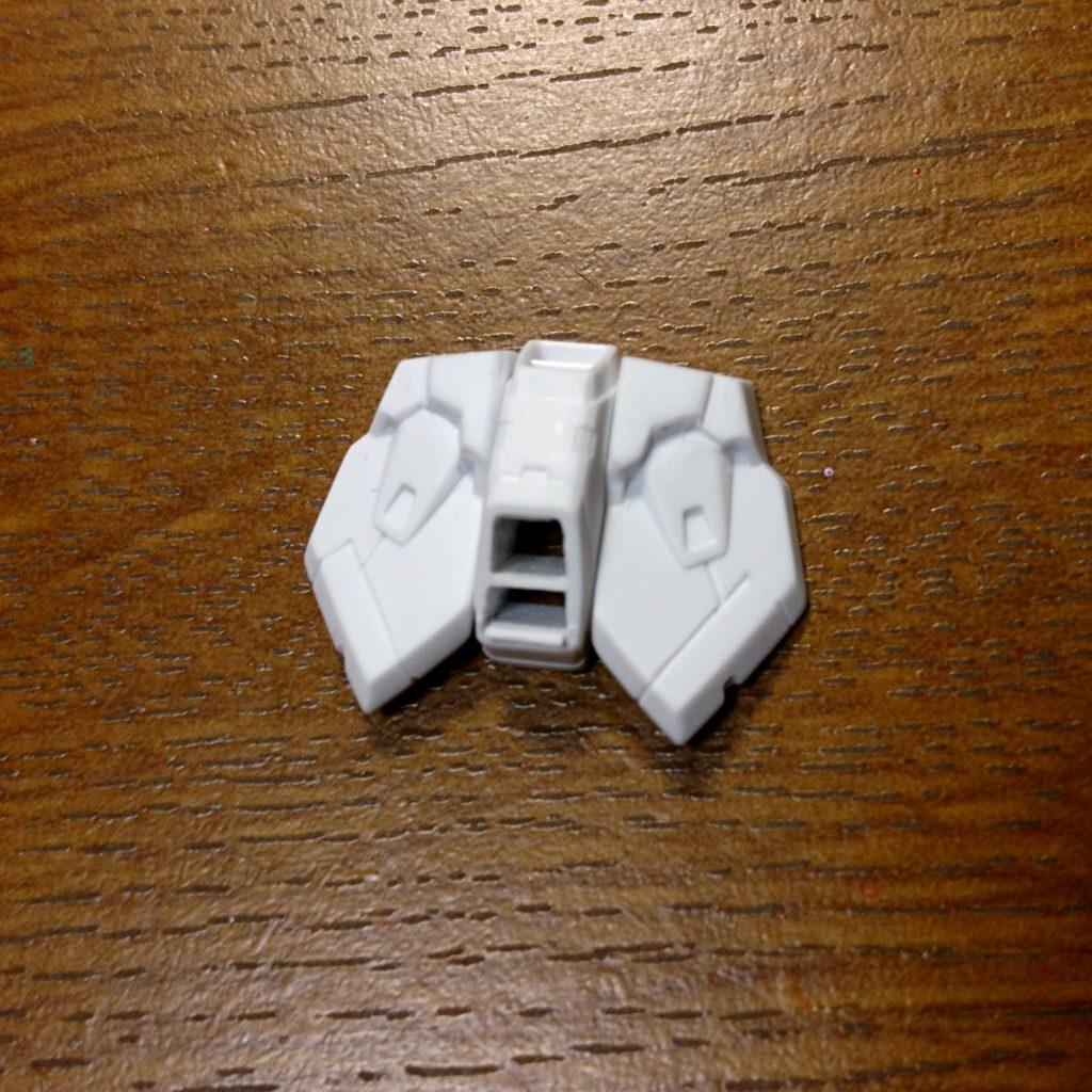 腰アーマーの改造 ・股下排熱口を切り抜き整形。 ・フロントアーマーはプラ板を追加し、かつ台形部分の上部を掘り抜きました。 ・モールド、スジ彫りもしてます。