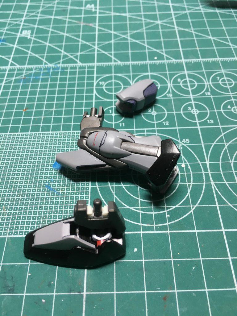 ヒザ関節はホビージャパン2012年4月号付録の「ガンダムSEEDカスタムキット」を使用し二重関節化。ヒザ関節と足首関節にプラ板を挟んでヒザで1mm、足首で2mm延長しました。  ヒザはフレームの合わせ目をディテール処理し、ふくらはぎ側面にスジ彫りを追加。