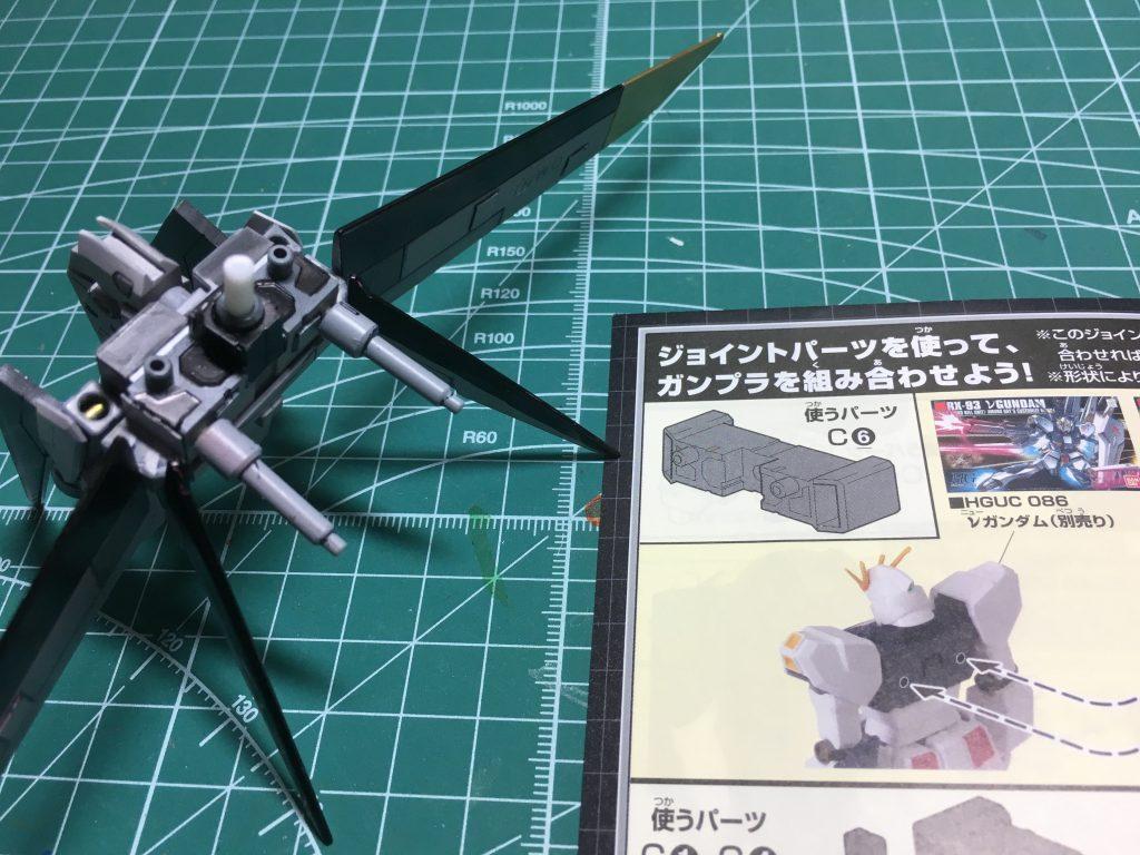オリジナルのストライカーパック「ジェットストライカーMk-Ⅱ」。芯にはカスタマイズキャンペーンのC(ビームライフル&逆シャア・UC用ジョイント)のパーツ。側面にある長方形型のダボは切り取り、バーニアユニットと見立てて下部に接着。   主翼には1/100フォースインパルスの主翼。垂直尾翼的な小羽はこのキットで余るエールストライカーの主翼。   スタビライザーはビルダーズパーツHD「MSウィング01」から。   下部の可動式バーニアはボールデンアームアームズのクランク型ジョイント+HGリボーンズのバーニア。