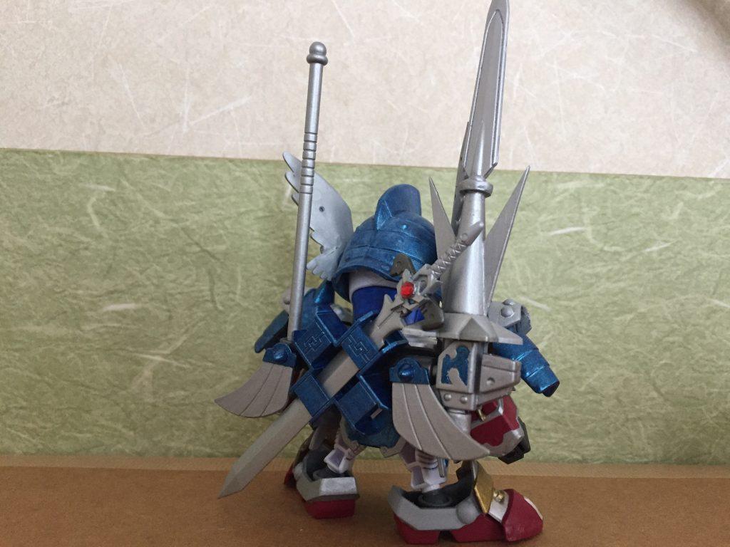 劉備ガンダムのランドセルを基に、 ジョイントパーツと皇騎士の兜の羽を取り付け。 SDXの剛の鎧に寄せてみました。