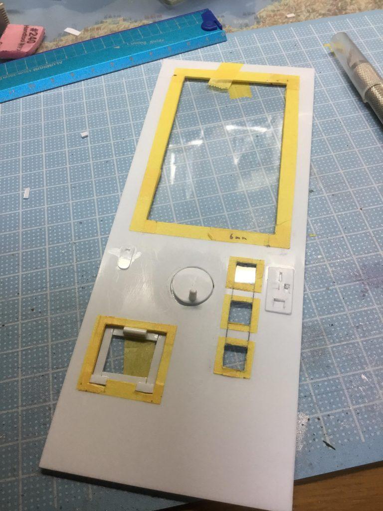 筐体はプラ板で自作しました。透明なところは百均のプラ板です こうゆうのをスクラッチというのですね…!