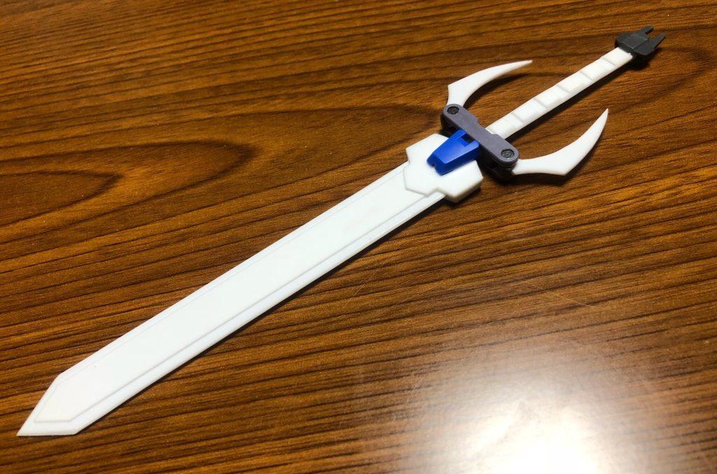 続いて背部ユニット&大剣です。 背部ユニットの隠し腕にはユーゴーの脚部、翼?部分にはギャラクシーブースターのパーツを使用しました。  大剣は前述の通りプラ板で製作し、ジャンクパーツ等で装飾しました。
