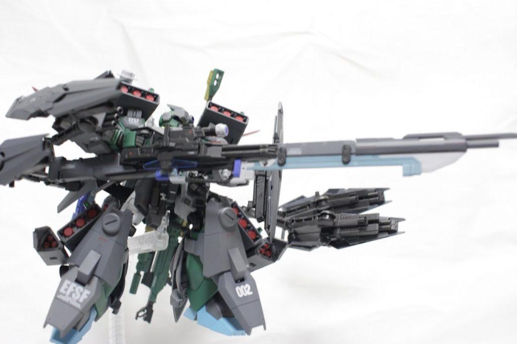 射撃姿勢2。シールド裏にはビームマシンガンが搭載しておりミサイルと併せて弾幕が薄くなることはありません。