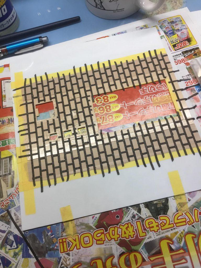 百均のホワイトボード用ラインテープでレンガを意識したマスキング。