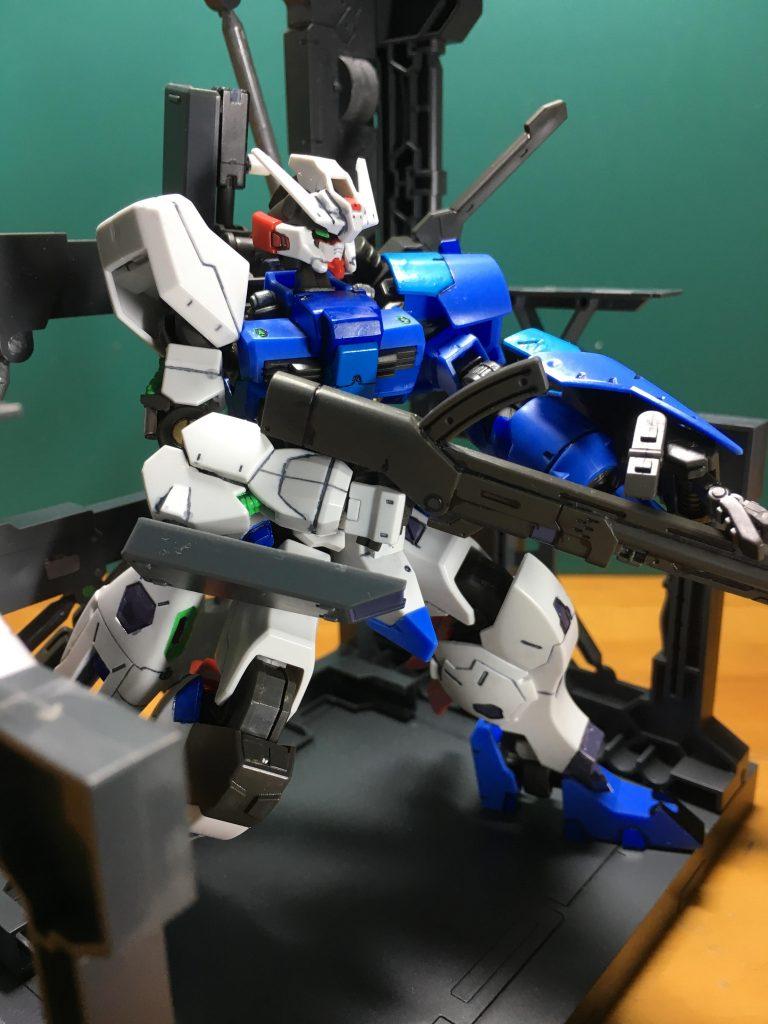 右肘は3mm穴を開け、ある程度武装を装備できるようにしました。ボールデンアームアームズ付属の装甲板を装着できます。