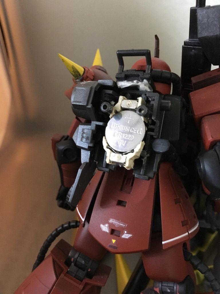 高機動型ザクはパックパックが大きいので、1220サイズの電池とボックスを削りながら入れるとこのようにすっぽり♪威圧的なモノアイビコーンが実現するわけです♪