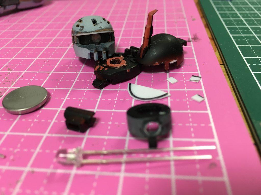 モノアイスリットを詰めて、プラ板で幅詰め、砲弾型3mm LEDを仕込むため、ピンバイス穴開け。ついでにHGザクからシンマツザクIIの改造も。