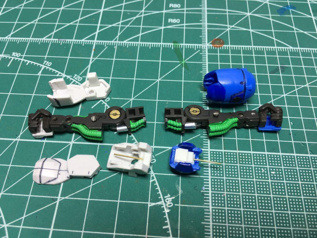 右前腕は手首部分の分割位置を変更。切り取ってから0.4mmプラ板で補強して接着、合わせ目を消しました。肘側のプレートは1.2mmプラ板を裏から貼り、フレームとの隙間を軽減しました。   肘アーマーはあらかじめ切り取り、接着してから裏面のリブを切除。0.5mmプラ板とL字型プラ材を使用し、土台を作ります。0.5mmシンチュウ線を仕込んでからプラ板でフタをします。フレーム側はすり合わせて0.6mm穴を開けて肘アーマーを装着できるようにします。    左肘は邪魔なリブがない為、単に左右を接着してからプラ板で土台作り、0.5mmシンチュウ線を仕込み、フレームに0.6mm穴を開けて接続しています。  左腕はフレームの肘付近にあるピンを短めに切りましたが、完全に切除して手首部分のみ残しておいても良かったかも。内側の3mm穴は使わないのでランナーを切って埋めました。