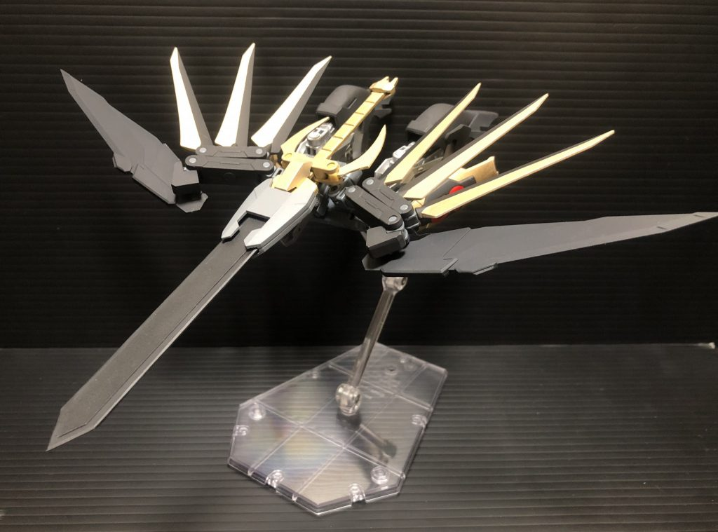 組み換えなしで鳥型のブースターユニットに変形させることができます。大剣がくちばしのように前面に突き出しているため、突撃するだけでも強そうです笑