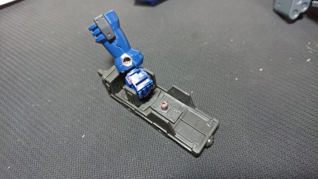パイルバンカーシールドは本来アスタロト用なので穴をあけて装備可能に