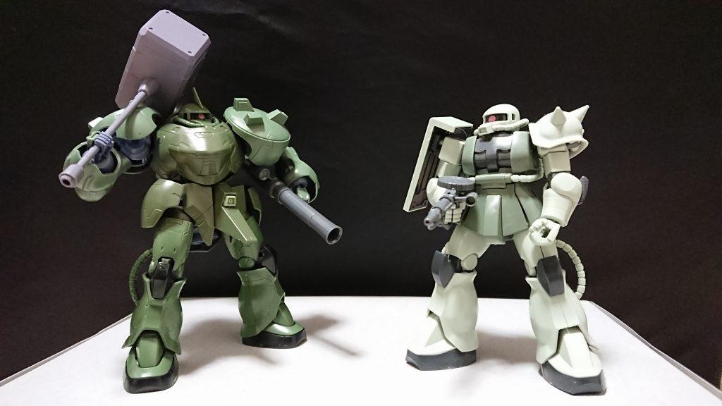 HGのザクとガタイを比較。