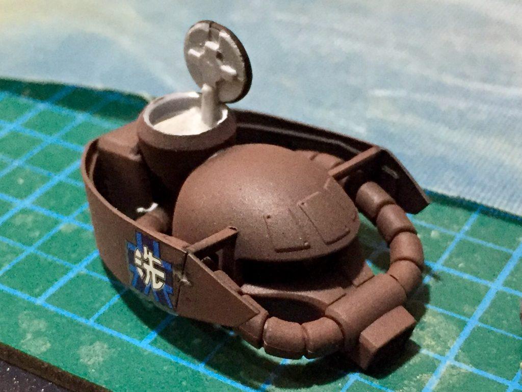 頭部にIV号戦車を参考に雑具箱(ゲペックカステン)と観測兼乗降扉(キューポラ)を取り付けH型の増加装甲(シュルツェン)を取り付け外観を戦車に寄せています。