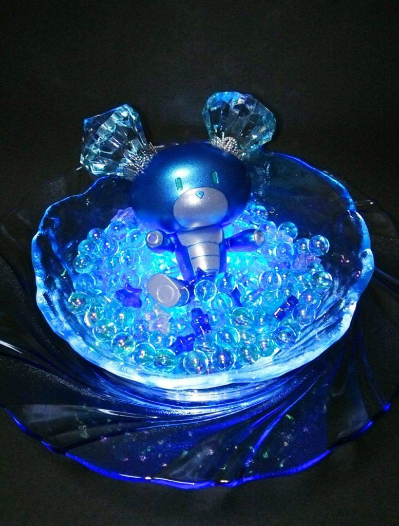 器の下に渦巻きっぽいお皿をもう一枚敷いてあります。光に照らされて神秘的な雰囲気が出て…るかな?
