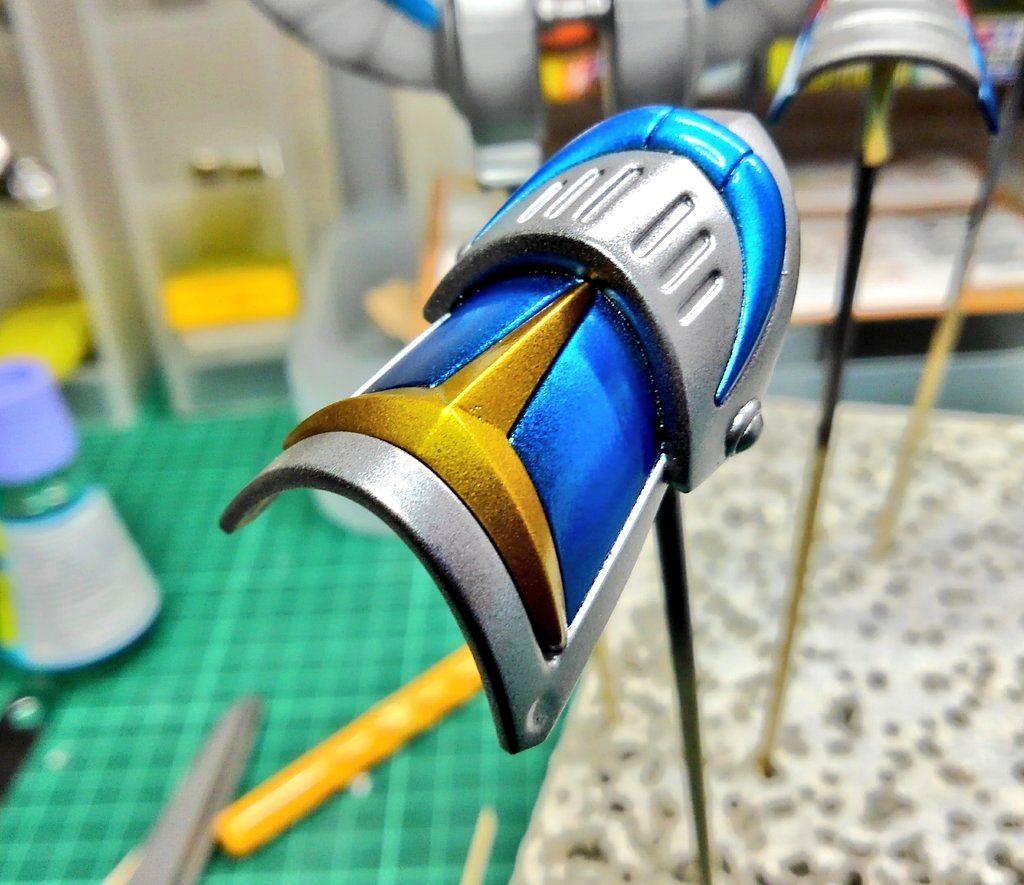 アーマーの塗り分け部分です。ブラックサフ→シルバー(グラデーション)→クリアーブルーで塗装した部分が、いい色になってくれました。