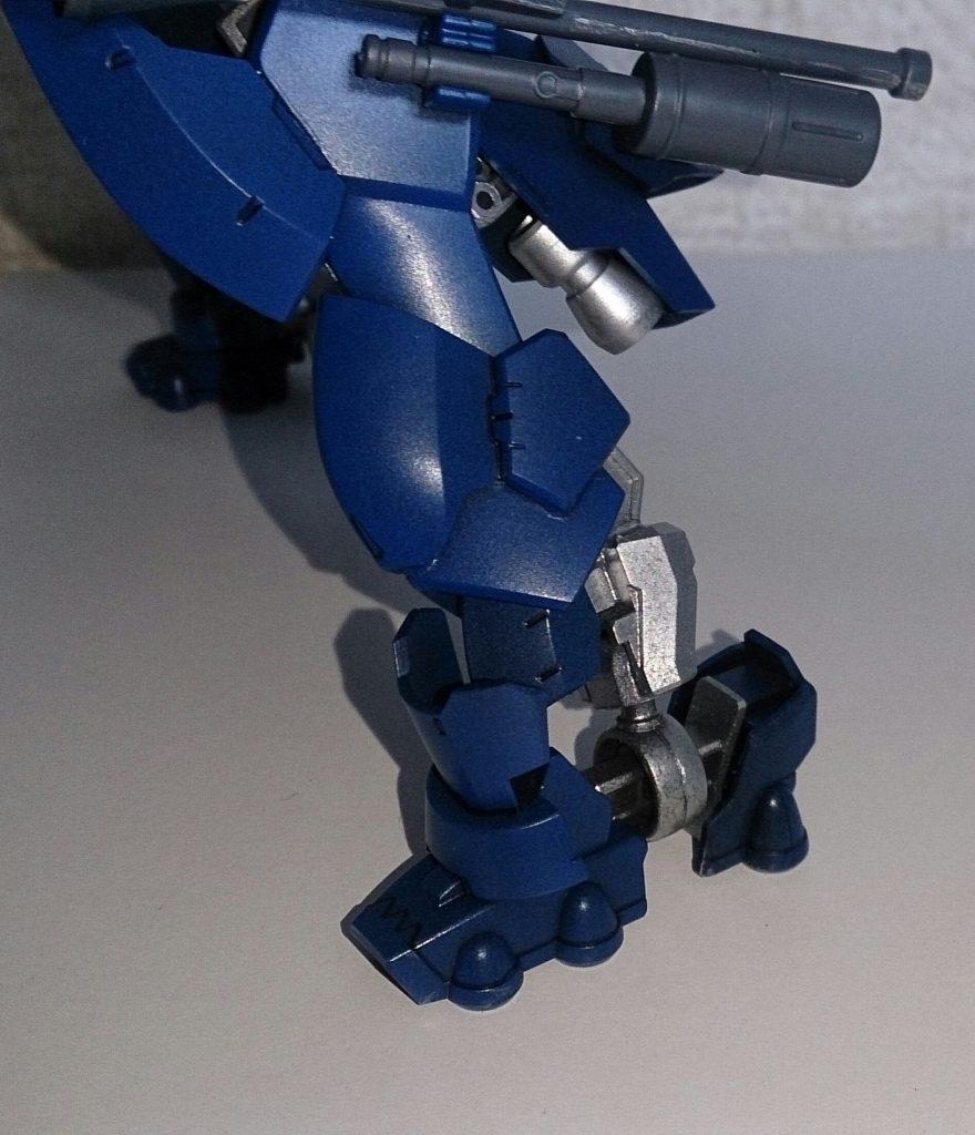 足部分のアップです。 グレイズ系の肩フレームを移植し、ガンダムフレームが付けられるようにしてます。