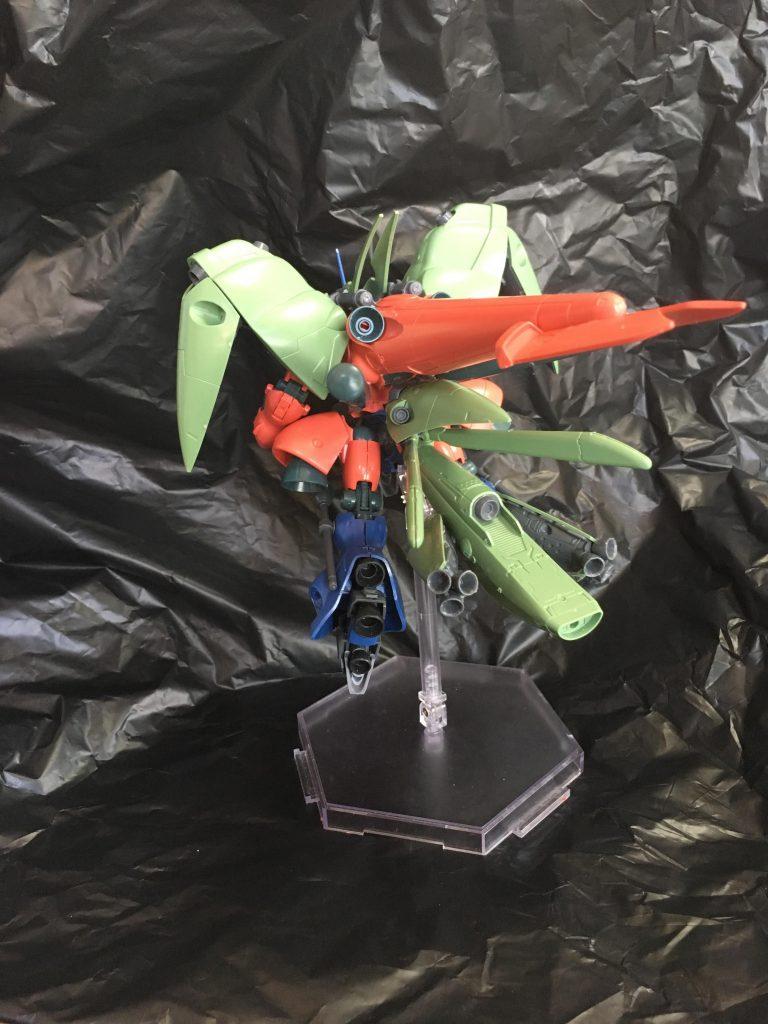 機体の大きなシルエットを形作る背部ユニットです。 4本のプロペランタンクはそれぞれ稼働し、コンパクトに畳むこともできます。肩のバインダーの接続軸も背部ユニットに付いています。