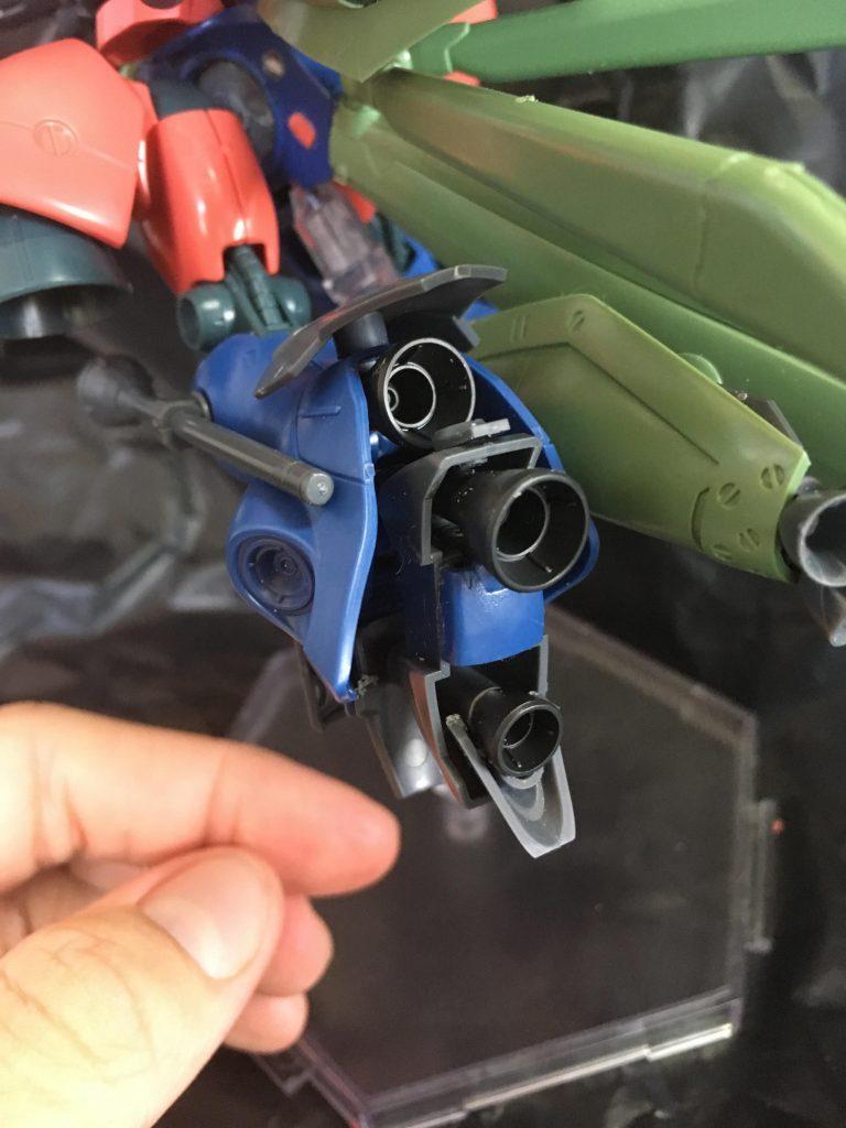 脚部です。重力下での戦闘は想定されていないため(不可能ではない、という設定)接地するための足を排除、スラスター類を敷き詰めました。