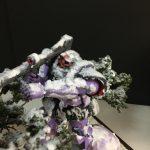 雪が積もった木から狙いすますドム のミニジオラマ