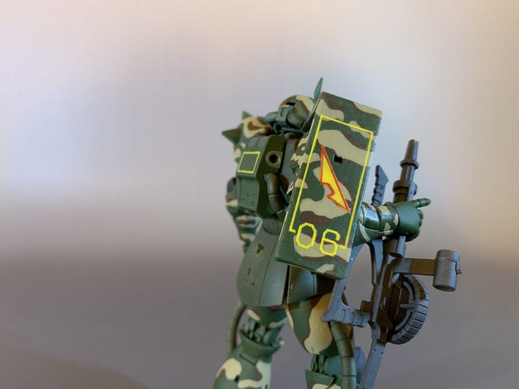 ROBOT魂のザクを迷彩柄に筆塗りリペイント。 アピールショット2